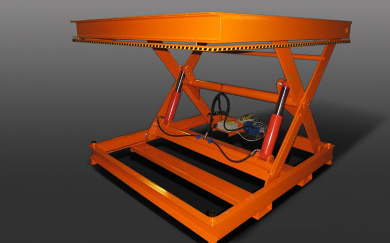 Hydraulic scissor lift platform at the maximum opening position